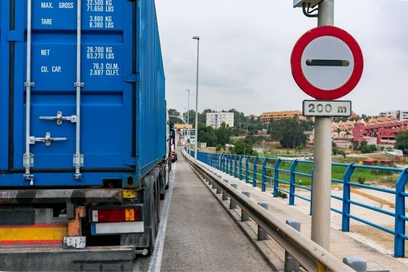 camión azul en la carretera
